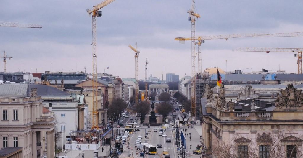 Humboldt Box'dan Under den Linden, Sağ Atta Alman Tarihi Müzesi, ileride ortada The Brandenburg Gate