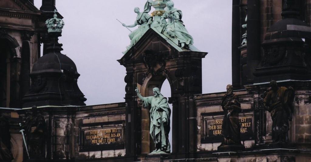 Humboldt Box'dan Berlin Katedrali, üstteki heykelleri zoom'lamak için harika nokta