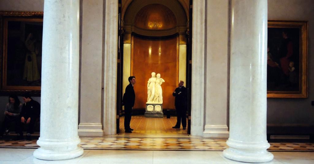 Alte Nationalgalerie, solda Osman Hamdi Bey'in Ab-ı Hayat Çeşmesi resmi