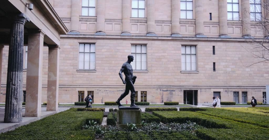 Arkam Neues Museum, solum Pergamon, önüm Alte Nationalgalerie