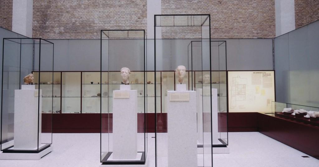 Neues Museum'un tek tip vitrinleri