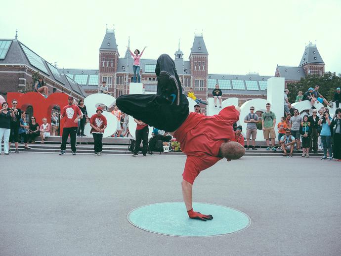Museumplein'de Sokak Dansçıları - Youtube videosu yukarıdaki linkte