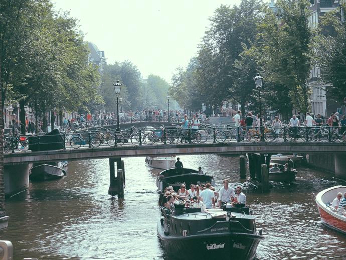 Amsterdam'da tekne ve bisiklet trafiği - Temmuz 2014
