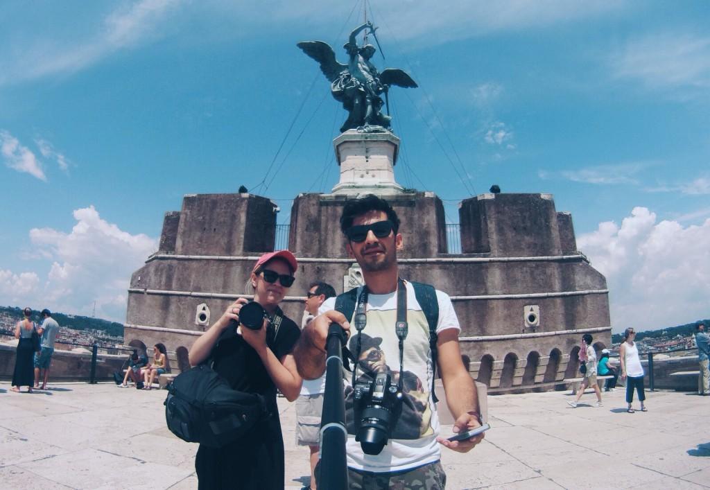 Castel Sant'Angelo'nun tepesinde Bronz St. Michael heykelinin altında biz