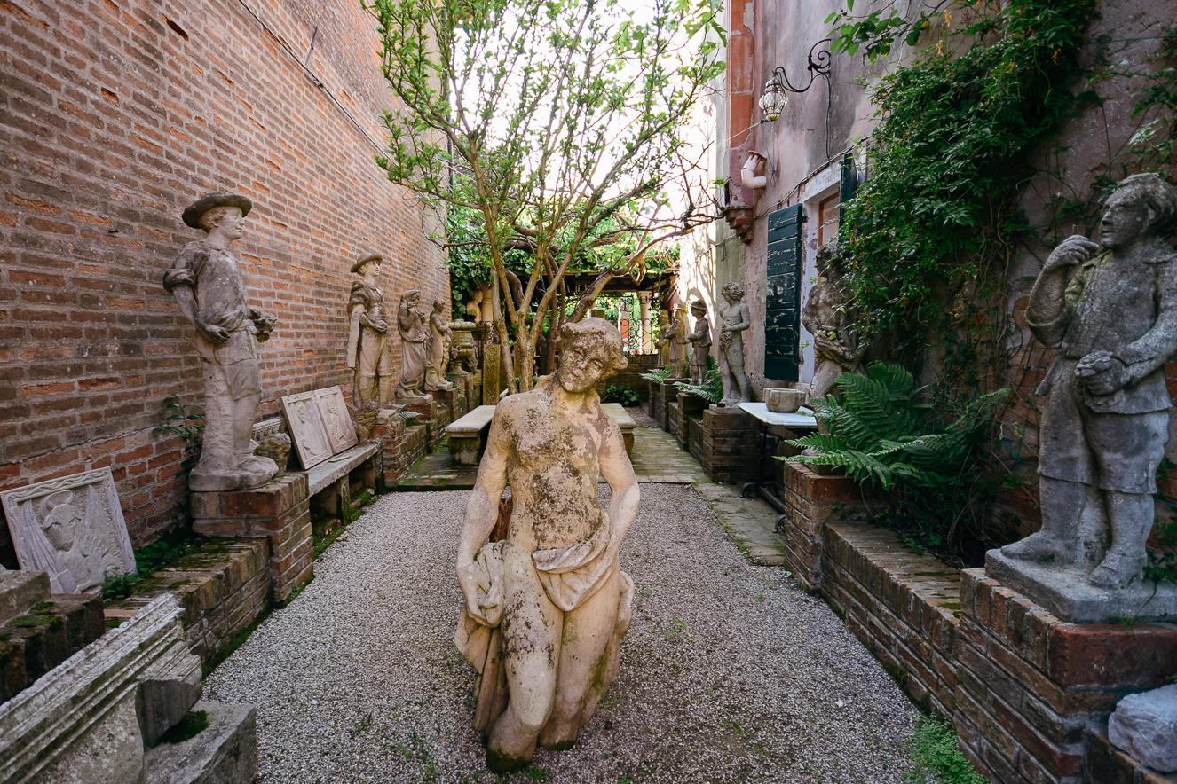 Antichità Arredi D'Arte yan bahçesi, Torcello