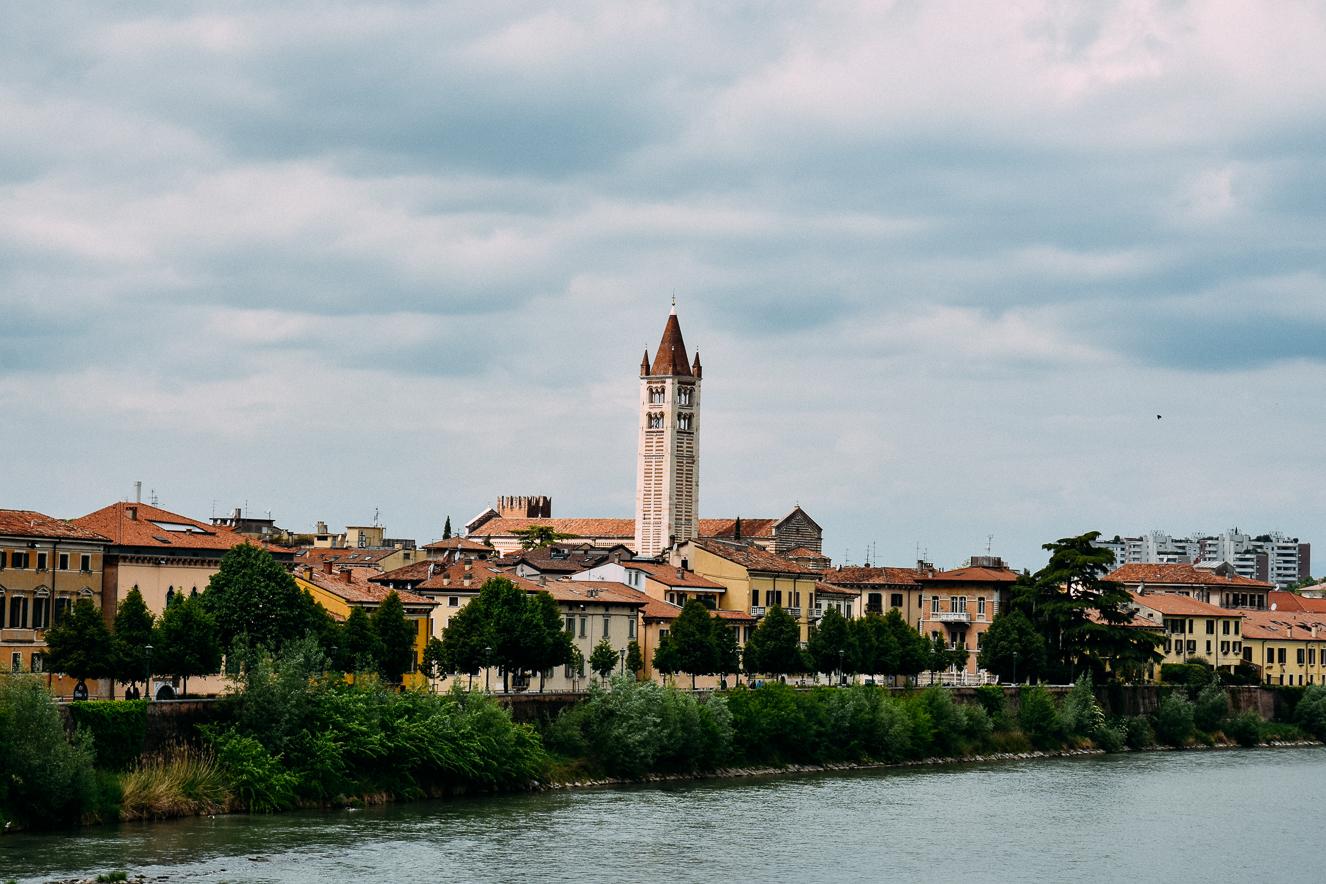 Scaligero Köprüsü'nden San Zeno Maggiore kilisesinin çan kulesi