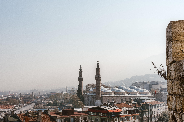 Surlardan Ulu Camii ve solda Kapalı Çarşı