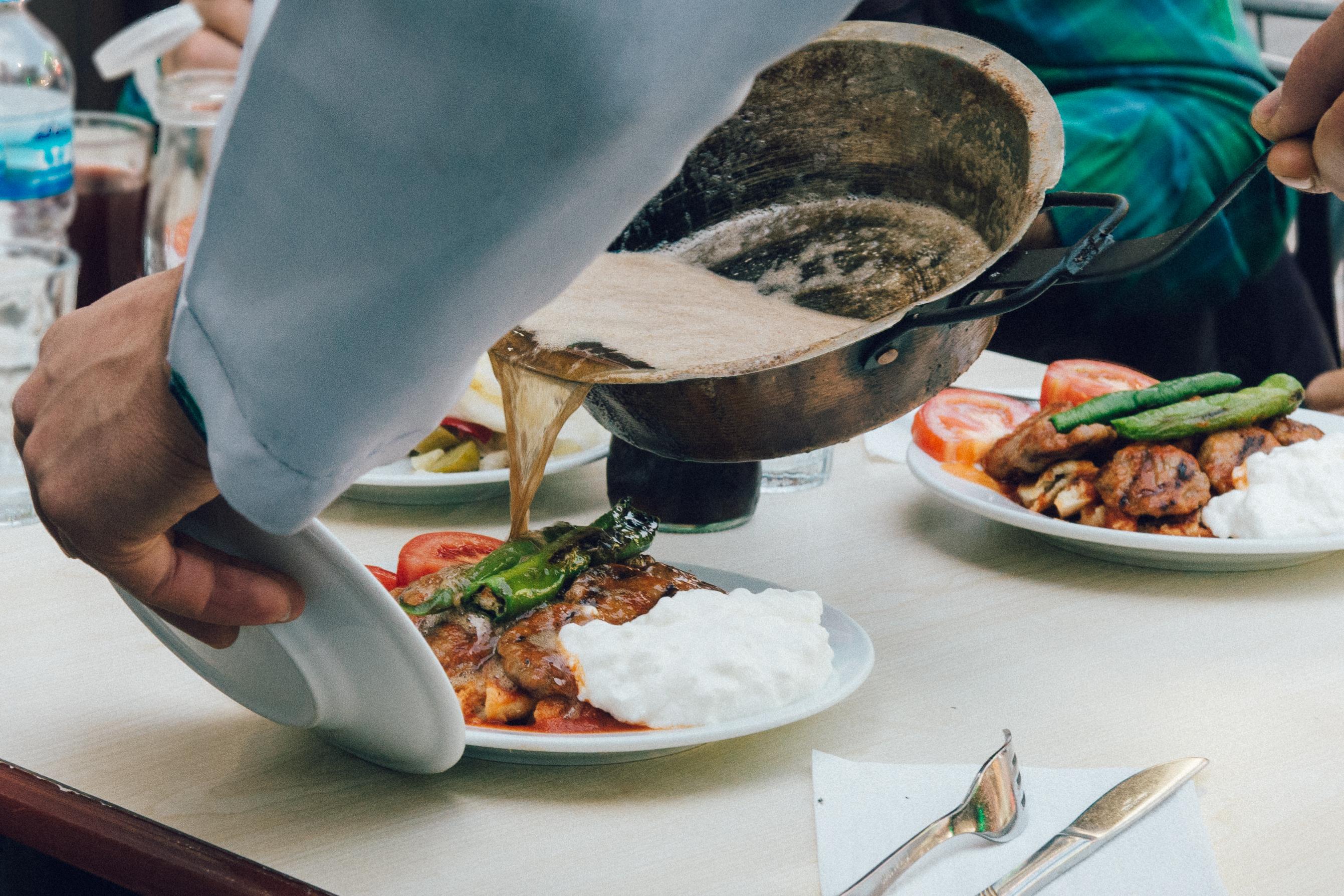 Hacı Bey Kebapçısı'nda Pideli Köfte'ye tereyağ servis edilirken.