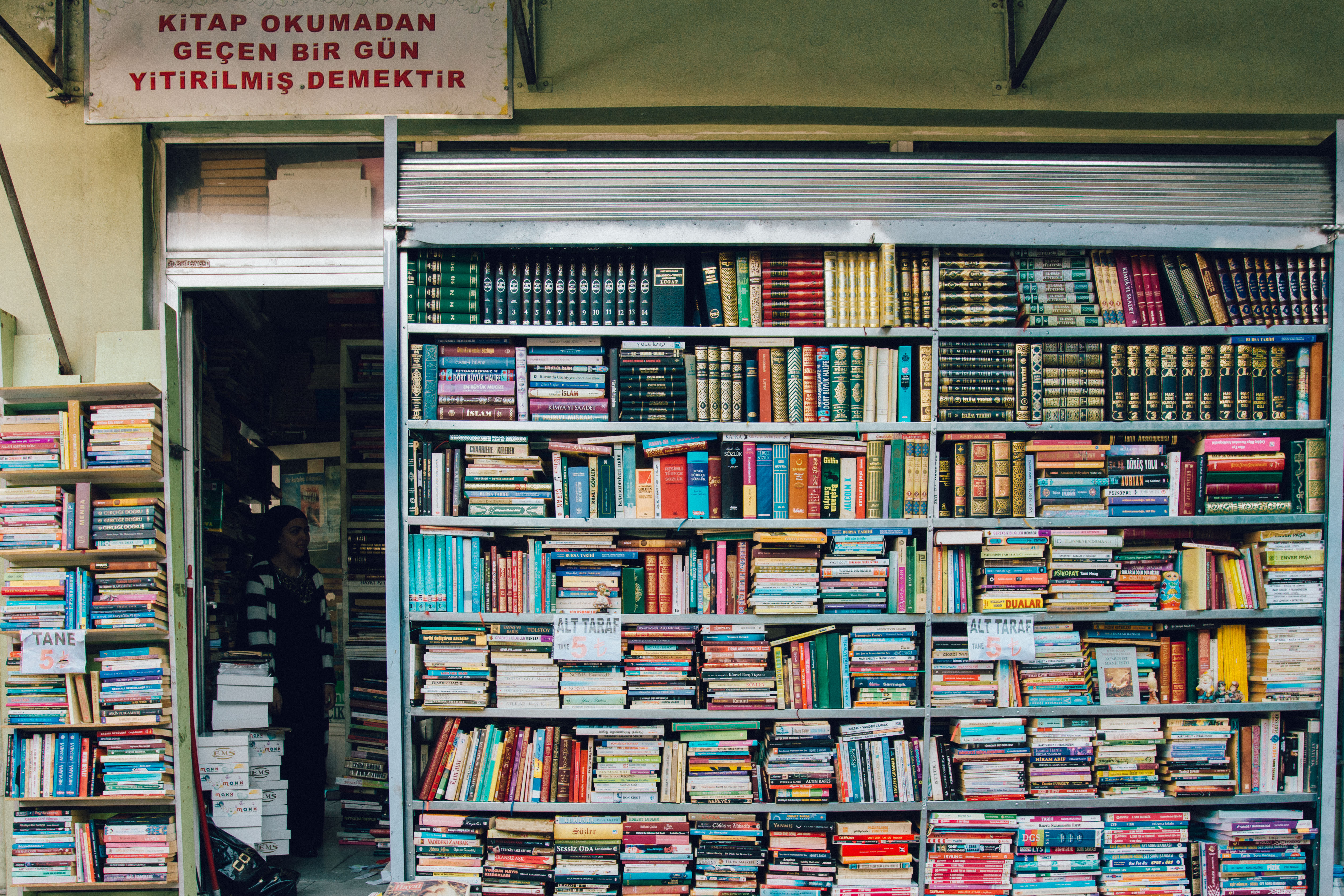 Şark Döner'in yanındaki sahaf dükkanı