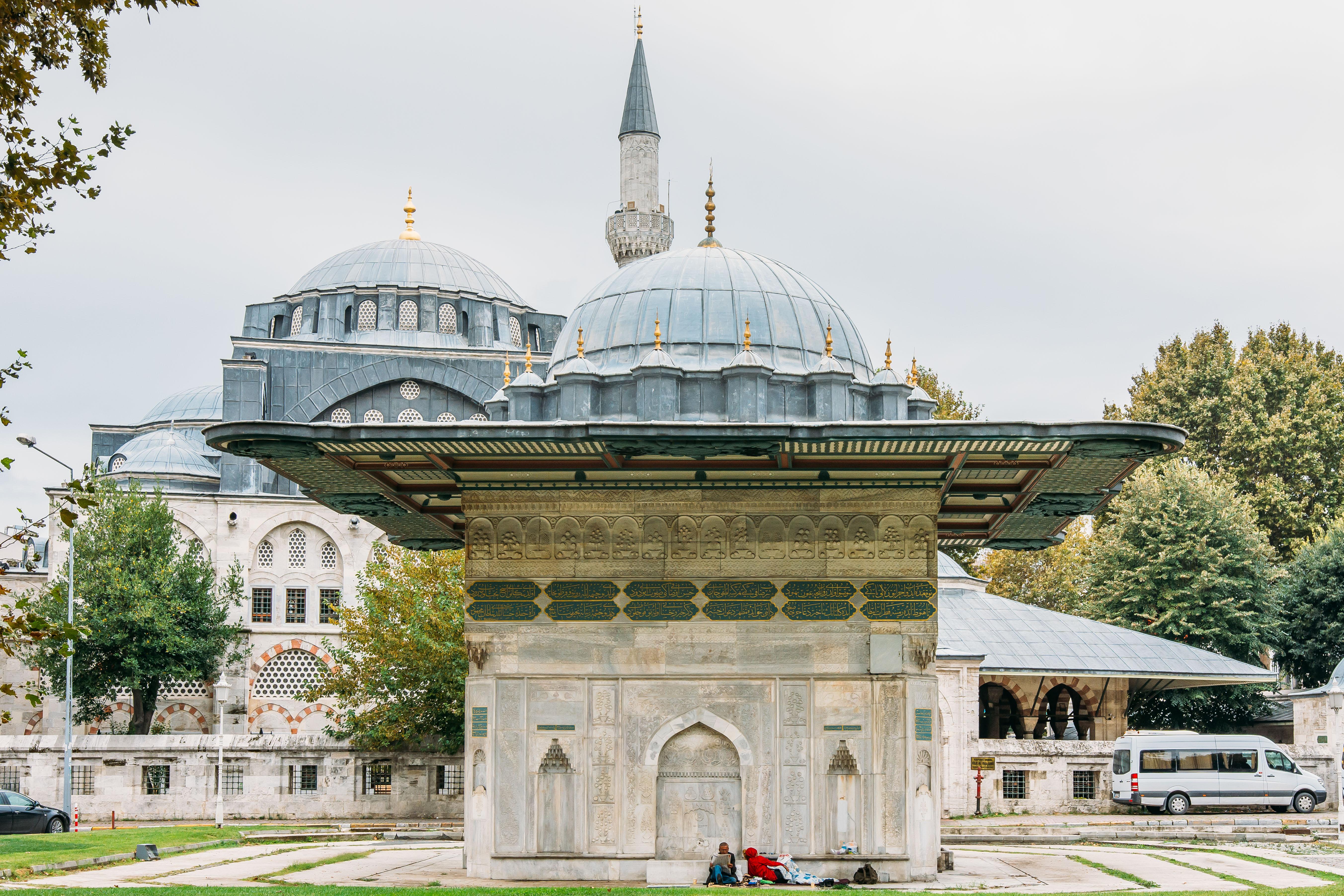 Önde Sultan I.Mahmut tara3ndan 1732 yılında yap:rılan Tophane Çeşmesi ve arkada Kaptan-ı Derya Kılıç Ali Paşa'nın 1580'de Mimar Sinan'a yap:rdığı Kılıç Ali Paşa Cami