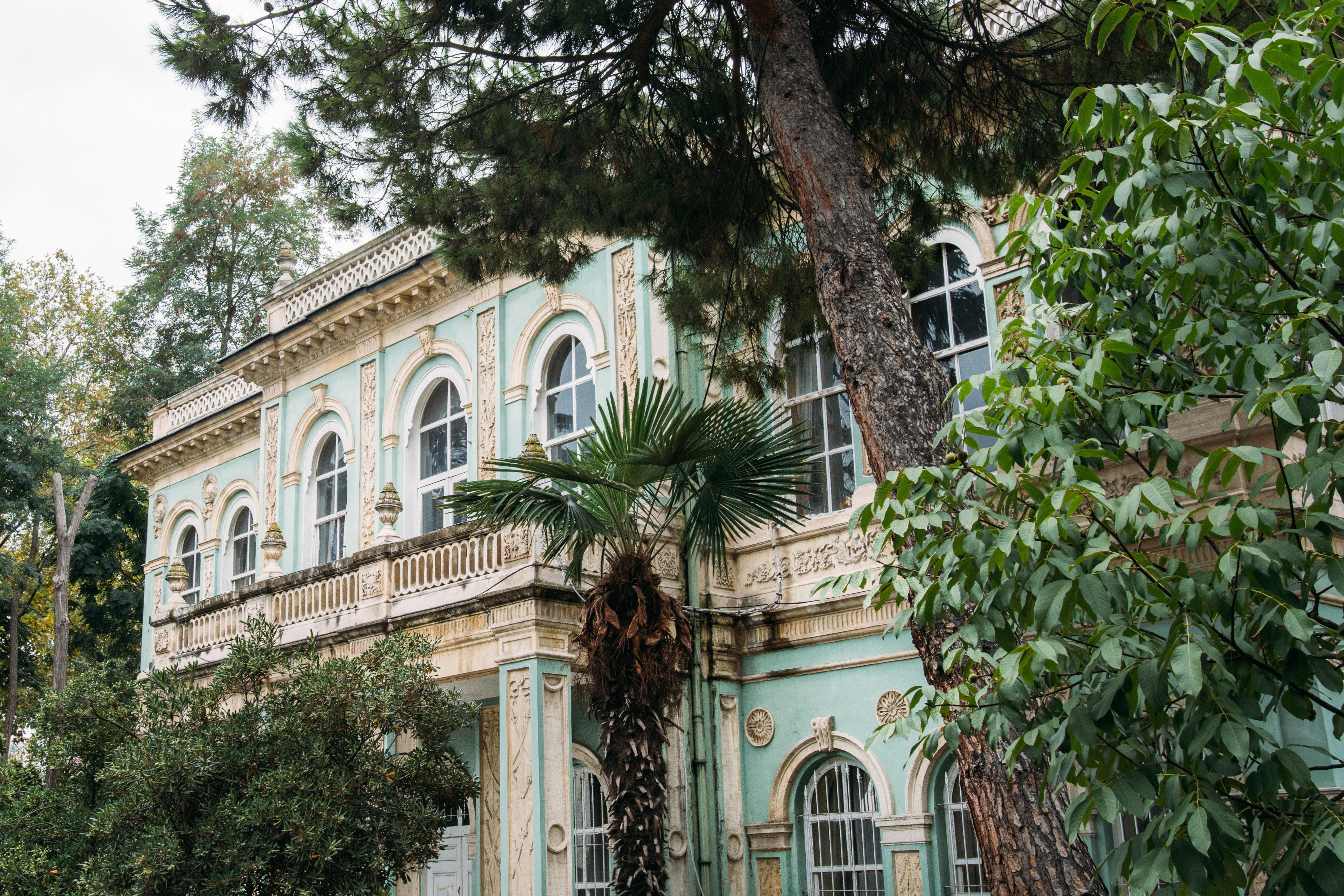 Sultan Abdülmecid tara3ndan İngiliz mimar William James Smith`e yap:rılan, yapımı 1852'de tamamlanan Tophane Kasrı. Eskiden deniz yoluyla İstanbul'a gelen yabancı misafirlerin koankladığı 2 katlı bina, bugün Mimar Sinan Üniversite'nin kullanımında.