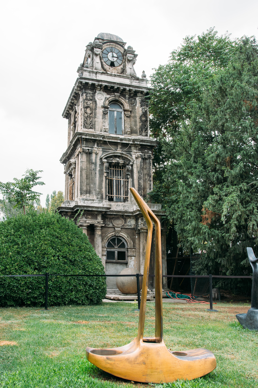 Sultan Abdülmecid tara3ndan Garabet Amira Balyan'a yap:rılan, yapımı 1848'de tamamlanan neo-klasik üslüptaki 15 metrelik Tophane Saat Kulesi. (Nusrebye Saat Kulesi olarak da bilinir.)