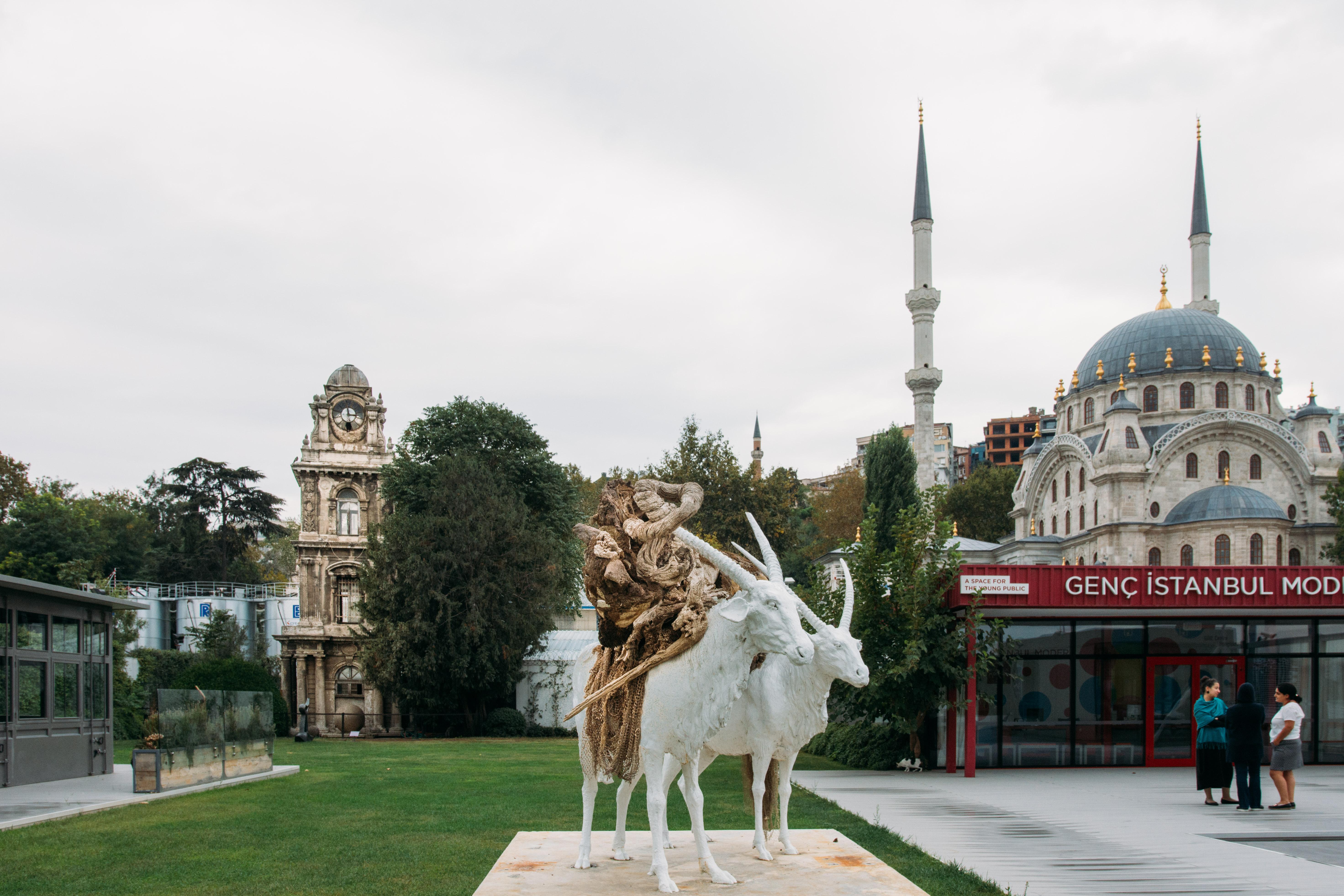 """İstanbul Modern'in bahçesinden bir görünüm. Ortadaki eser Adrian Villar Rojas'ın 2015 yılında yap:ğı """"Tüm Annelerin En Güzeli (I)""""isimli heykel. Sağda Sultan II.Mahmut tarafından mimar Krikor Balyan'a yaptırılan, yapımı 1826'da tamamlanan barok üslubundaki Nusrebye Cami,solda Tophane Saat Kulesi"""