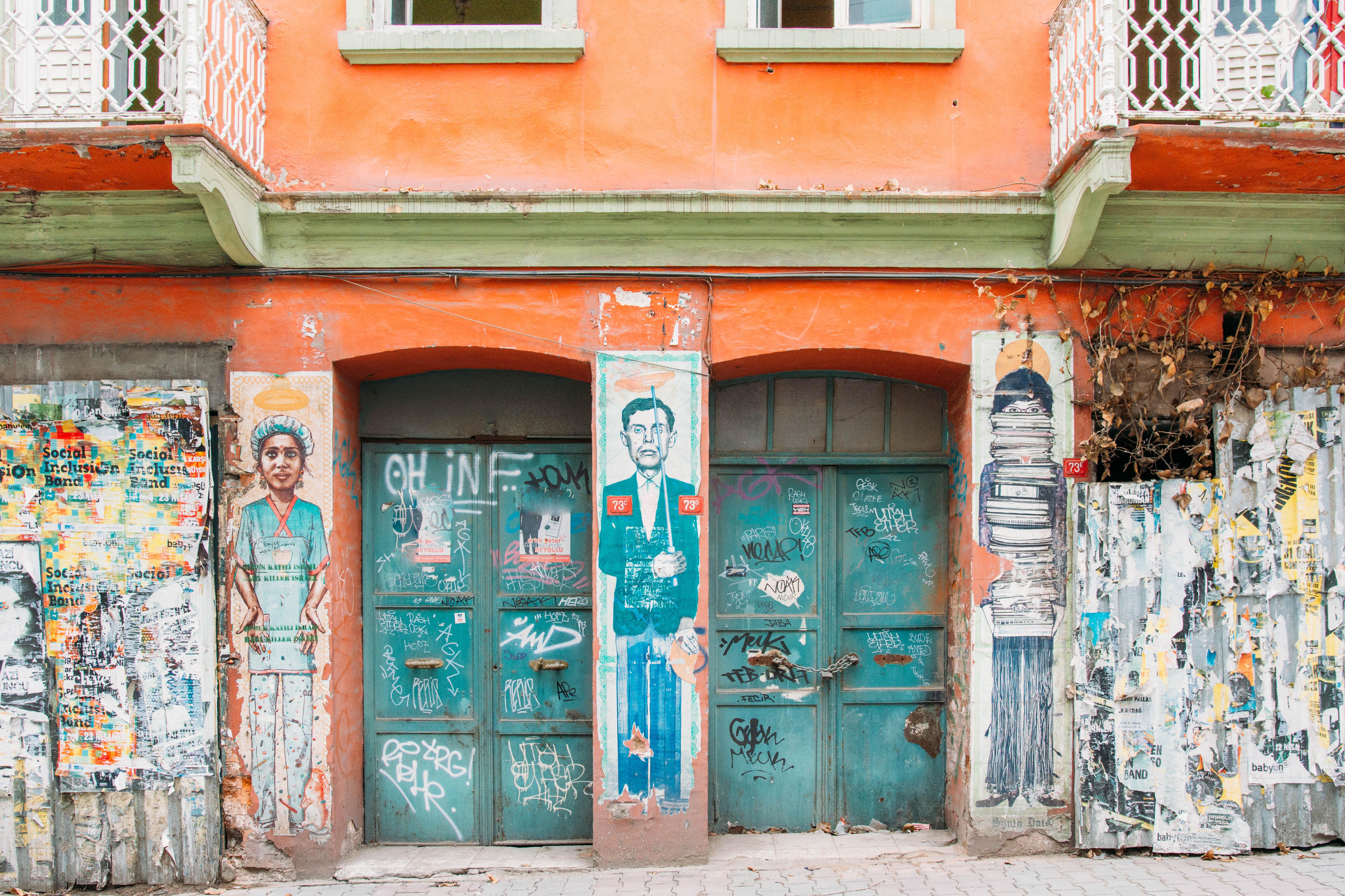 Boğazkesen Caddesi üzerinde sokak sanatı