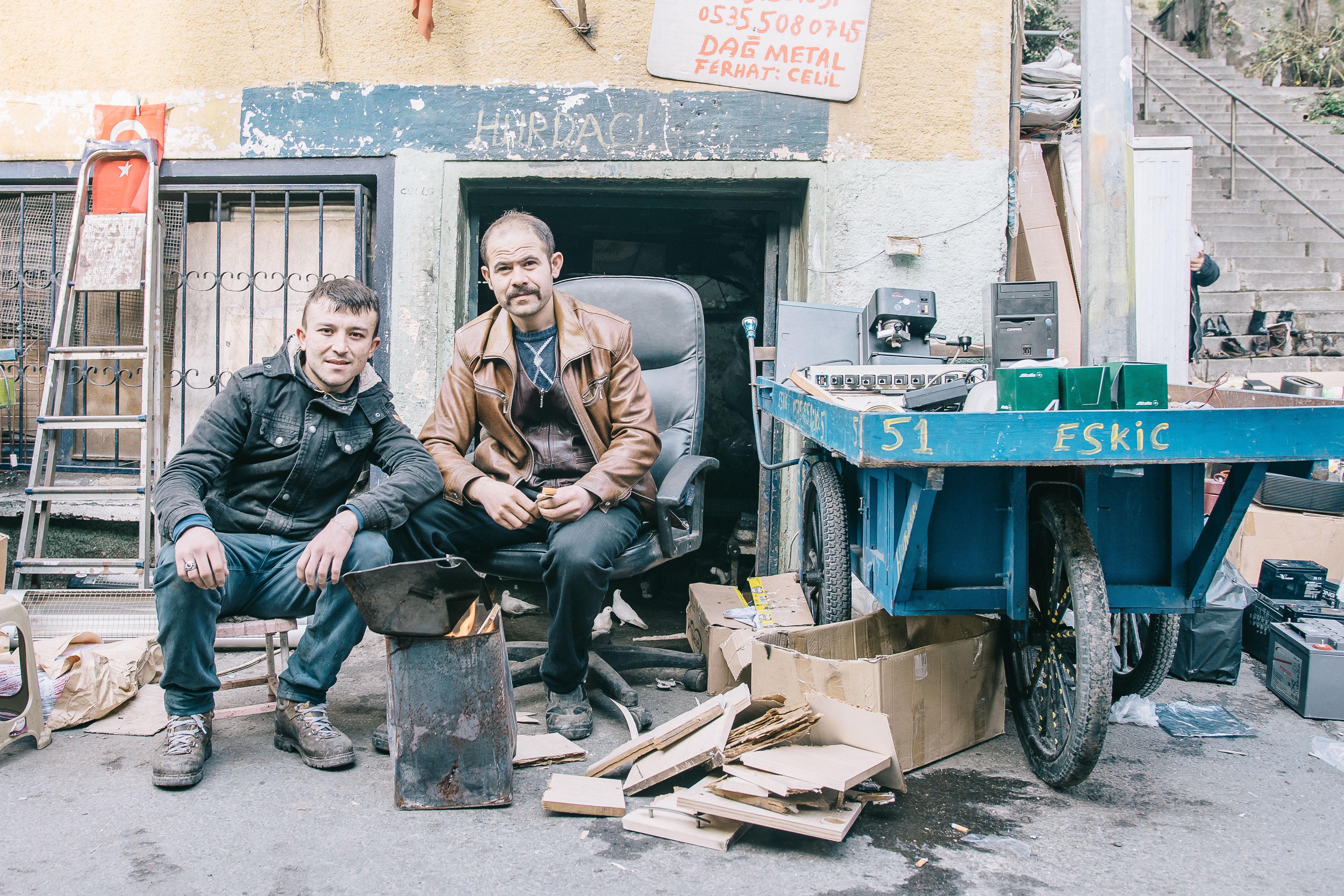 Dolapdere Mirmiran Sokak'taki Hurdacı Dükkanı, Kadir Dağ solda.